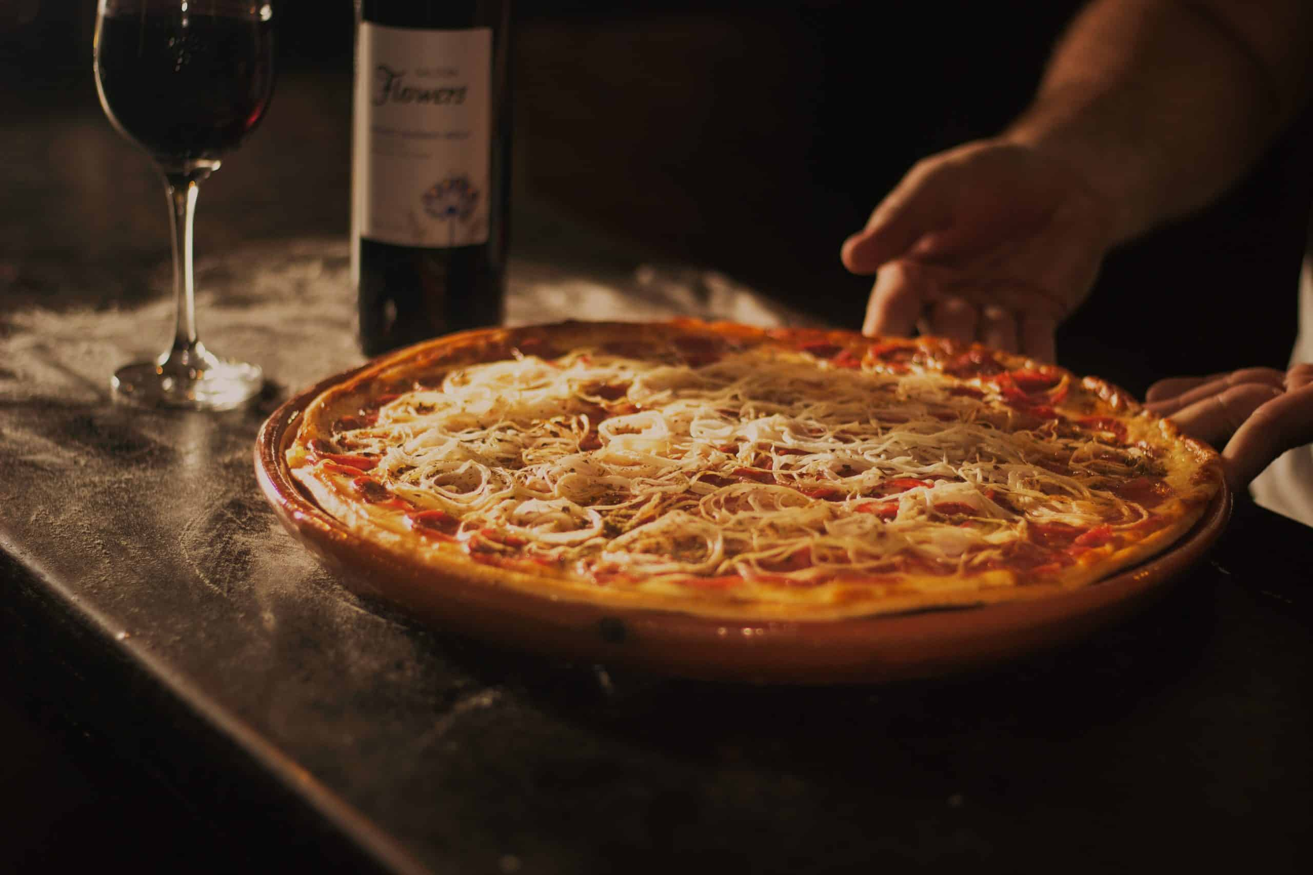 6 Best Pizza Pans in 2020 for Lip-Smacking Pizza Crust